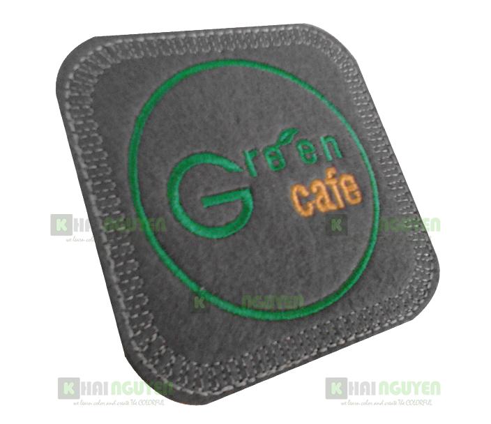 Mẫu in lót ly vải nỉ cho green cafe trên nền vải nỉ màu nâu