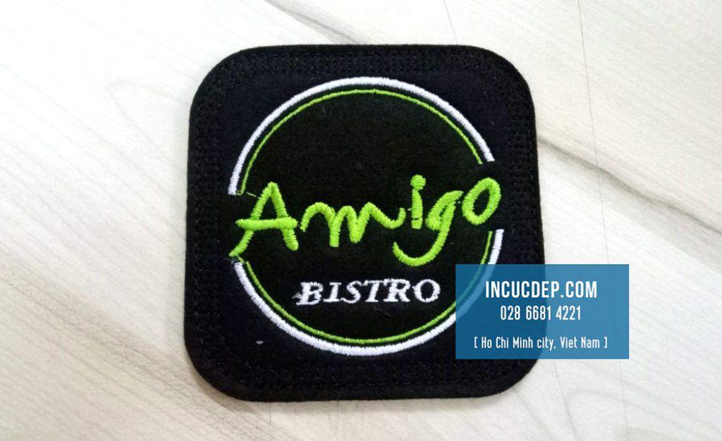 Đế ly vải hình vuông thêu logo Amigo màu xanh